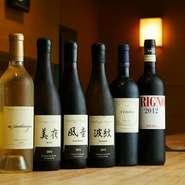 和洋折衷の料理に合わせて、さまざまなお酒もご用意。ワインはすっきり飲める辛口を中心とした赤・白・スパークリングを。さらに厳選した日本酒もラインナップしています。京都の純米大吟醸「英勲」がオススメです。