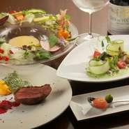 季節の野菜をふんだんに使った美しい料理が、女性の心を虜に。食前酒として供されるワンスプーンのカクテルや、豊富なワインも雰囲気を盛り立てます。ゆったりくつろげる個室は、気の合う女子の集まりにぴったり。