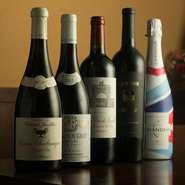 赤、白、スパークリングなど、料理との相性を意識したワインを常時20~30種類ほどセレクト。気軽に飲めるリーズナブルなワインはもちろん、特別な日に味わいたい選りすぐりの1本も取り揃えています。