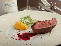 香ばしく滋味豊かな『フランス・シャロン産鴨胸肉のロティ』