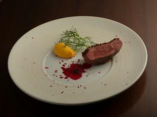 弱火でじっくり焼いた『フランス・シャロン産鴨胸肉のロティ』