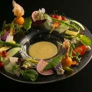 糸島の契約農家から届く野菜をはじめ、地元の良質な野菜を積極的に使っています。たとえば、『バーニャカウダー』には20~30種類の野菜を使用。それぞれの素材に合わせた調理法で、持ち味を引き出しています。