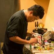 料理は温度が大切。熱いものは熱いうちに、冷たいものは冷たいうちに味わってもらえるよう、お客様一人ひとりの召し上がるスピードを考慮しながら、料理を提供するタイミングに気を使っています。