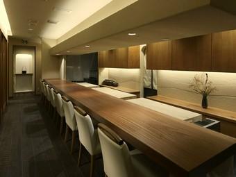 個室と落ち着いたカウンター席は、大切な接待やご会食にも向く
