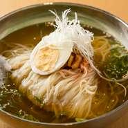 スープは毎日手づくりされる、お店が自信をもっておすすめしている人気メニュー。あっさりした味付けで、生姜も入ってさっぱりと食べやすい一品です。