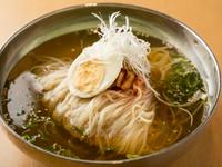 生姜の風味がほのかに漂う手づくりスープが絶品の『冷麺』