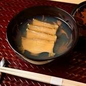 珍しい椀仕立てで素材の風味を閉じ込める『蒸鮑』
