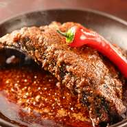 旨みと辛さ、そして香りのバランスが絶妙な「香辣醤」を使用。じっくりと丁寧に煮込んであるので、箸を入れるとすっとほぐれていくほどの柔らかさ。そのまま豪快に、手で持ち上げて食べるのもおすすめです。