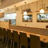明るく温もりある空間で、料理とワインをゆったりご堪能ください