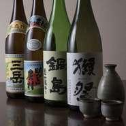 鶏に合うお酒を厳選して取り揃えている。人気の日本酒のほか、焼酎、ワインなども。スタッフに美味しい組み合わせを聞くと色々と提案してもらえるので、自分好みの組み合わせを見つけて楽しめるのも嬉しい。