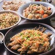 その日に仕入れる鮮度が高く安心安全な地元野菜。野菜をふんだんに使用した日替わりのおばんざいは、ほっとする家庭的な味。焼き鳥だけでなく、おばんざいも食べられるので飽きずにヘルシーな食事が楽しめる。