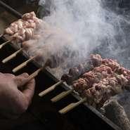 独自のルートでその日一番良い鶏を仕入れ、全て店内でさばいて炭火で焼いています。肝やササミは半生にするなど、部位ごとに焼き加減を調整して炭火でじっくり焼き、その部位が一番美味しい状態でお出ししています。