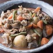 日ごとに仕入れる鮮度が高く安心安全な地元野菜を使っています。野菜をふんだんに使用した日替わりのおばんざいは、ほっとする家庭的な味。身体に良くて美味しい自慢の食材です。