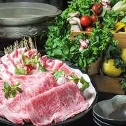 きれいな霜降りの入った極上肉から、良質な脂が溶けだした旨みたっぷりのすき焼き。肉の柔らかさも楽しめます。全8品。