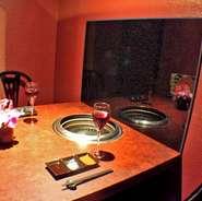 テーブル席の個室は、1名~2名向きで2部屋用意。お一人様、お二人様にも、くつろいで過ごしていただけるよう設えました。