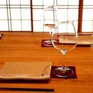 串一本に対して最高の相性のワインを一杯ずつ。少しずついろいろなワインを楽しめるのも魅力です。アラカルトで選ぶ場合のワイン選びはソムリエにご相談ください。