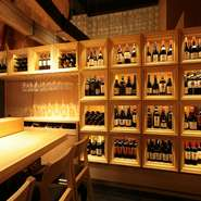 壁面には世界各国のボトルが並び、奥深いワインの世界を彷彿とさせます。「デート」「友人同士」「同僚と」など、様々なシーンにお気軽にご利用ください。