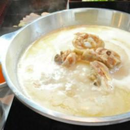 セセリや丸ハツ、ふりそでなど焼鳥に加え、上質野菜の串焼きを含む10本を愉しめるコース。