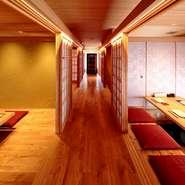 2階は、落ち着きのある和の趣あふれる個室をご用意。4名まで、6名までそれぞれ利用可能なお部屋があります。大事な接待のほか、結納やお顔合わせなど大事なシーンでの利用に最適です。
