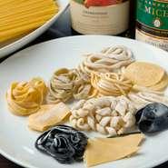 自家製の生パスタは3日前までに要予約です。イカ墨を練り込んだノッケッティや形状がユニークなコルツェッティなどモチモチとした食感がたまりません。乾麺もブカティーニほかイタリア産のロングパスタが揃います。