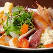 肉・魚介を使った前菜が6種類以上の前菜が盛られています。あれこれ食べたい人におすすめの最高のスターター。お野菜もたっぷり摂れ、まずはオーダーすべき一品です。
