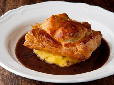 ワインがすすむ極上の味。濃厚な牛肉の旨みと豊潤な香りがあふれる『ミートパイ』