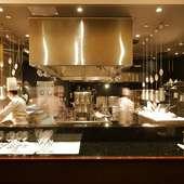シェフのパフォーマンスを見ることができるオープンキッチン