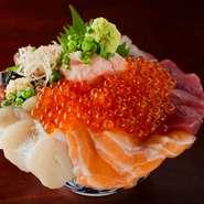 5種類のお刺身と、ネギトロといくらをいただける贅沢な丼ぶりです。具を別皿に分け、ご飯をおかわりするのが定番の楽しみ方。