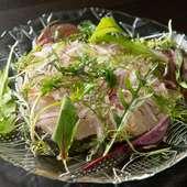 目も舌も楽しませる!旬の鮮魚の『カルパッチョ』