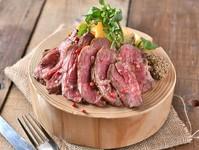 ふんわり柔らかく、レアに焼き上げた牛ハラミのステーキ!マスタード・ステーキソース・ピンクソルトの3種類の特製ソースでお召し上がり下さい。