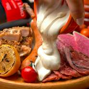 GABURICO名物「肉盛りプレート」にチ~ズをトッピングできちゃいます♪おすすめは日本チーズ・フォンデュ協会監修のフォンデュソース&ゴーダチーズがけ!  ■追加ゴーダチーズ 549円 ■追加フォンデュソース 549円