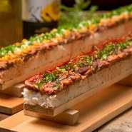 """長さはなんと""""50㎝""""!!韓国で話題の「ロングユッケ寿司」を自家製ローストビーフで肉バル風にアレンジしました♪超ロングな見た目は「映え」必至!女性も安心なハーフサイズもご用意しております♪"""
