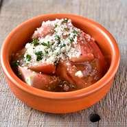 冷やしトマトの甘みに香ばしいにんにくがアクセント。