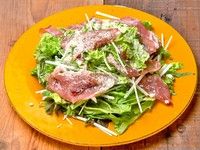生ハムを贅沢にトッピングしたグリーンサラダ。マスタードでアクセントをプラス!生ハムの塩気と新鮮野菜がベストマッチ。ヘルシーで美容と健康にも嬉しいメニュー!