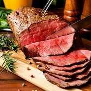 大迫力の塊肉を低温でじっくり火を通してから提供する当店自慢のローストビーフはしっとり柔らかな食感!口に入れると赤身の旨味や脂身の甘みが口いっぱいに広がります♪
