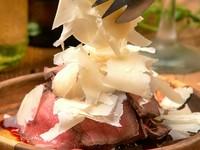 削りたての風味豊かなチーズはとろけるくちどけ♪お肉と一緒にお召し上がりください!