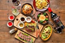 自家製ローストビースをはじめ、生ハムのグリーンサラダ、メインはジュ~シ~な肉汁溢れるチキングリル♪