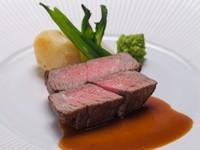 柔らかくしっとりとしたフィレ肉が魅力の『黒毛和牛のフィレステーキ』