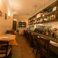 本場イタリアの心地よい雰囲気をそのままに、ゆったりとした時間を過ごせる店内。カウンターで自由な時間を楽しんだり、親しい友人を誘ってお酒を味わったり。ホッとひと息つきたい時に立ち寄りたくなるお店です。