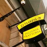 まるでイタリアの街のよう。おしゃれな看板が目印