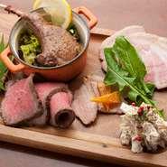 厳選肉全種を使った贅沢な肉プレート。特にささみのゴルゴンゾーラ和えはワインや日本酒と相性バツグンです
