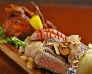 サーロインをメインにお肉3種と丸ごとローストした淡路産の玉ねぎがドーンと乗ったデカ盛りメニューです。 +600円で『ひな鶏の半身揚げ』付