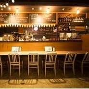 落ち着いた店内のカウンターでは、ゆったり、お酒とお食事を楽しめます。 一人飲みでも、二人飲みでも、お気軽にご利用下さい!