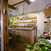 雑木林に囲まれたレストランで、2人の時間を楽しめる