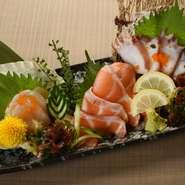 その時においしい産地の旬魚を使った刺身の盛り合わせ。季節や仕入れ状況で内容は異なりますが、北海道をイメージしてサーモンやホタテを盛り合わせることが多いそうです。 ※写真はサーモン、ホタテ、しめさば