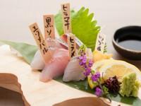 函館漁港から空輸した新鮮なお魚を使用した『お刺身の盛り合わせ』は、3種盛りと5種盛りを用意。黒ソイ、サワラ、カレイなど北海道ならではの珍しいお魚を味わうことができます。
