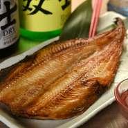 北海道から仕入れた20~30cmほどある大きめサイズのホッケを、スチームコンベクションオーブンで焼き上げた逸品。身がしまっており、肉厚で脂ののったホッケは、一度食べるとやみつきになります。