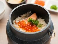 極力加工はせず、お酒と醤油と水だけで味付けした『親子釜飯』。食材から出たダシの味、食材そのものの味を楽しむことができます。北海道の旬の味覚をご堪能あれ。