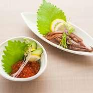 北海道厚岸町で取れた「カキ」は一年中生で食べられるほど新鮮。「ホッケ」は30センチもある大き目のものを使用。また旬の野菜をふんだんに使い、季節のおいしいものをメニューを変えながら提供しています。