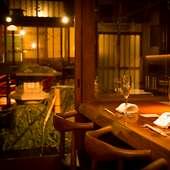日本庭園を横に、料理人の仕事ぶりを眺められる人気のカウンター